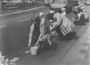 Bisiklet yolunu boyayan aktivistler (1975-Hollanda)