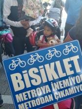 BİSUDER'in yapıldığı günden beri metro merdivenlerdeki bisiklet taşıma kanallarının kullanışsız olduğunu protesto eden basın açıklamasında annesiyle eyleme katılarak çocuk koltuğunda döviz taşıyan bir çocuk… | 2019